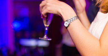 Imagem de mulher em uma festa com bebida na mão