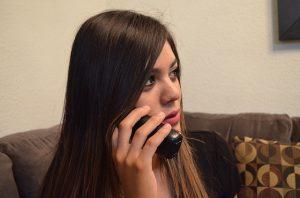 Imagem de mulher falando ao telefone