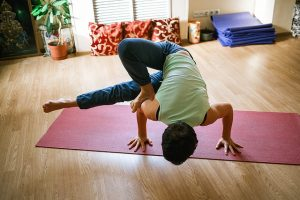 Imagem de pessoa praticando ioga, com posição acrobática