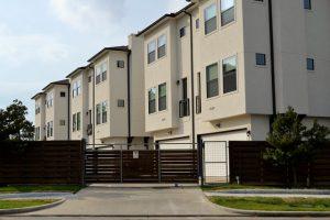 Imagem de residências uma ao lado da outra. Residências duplex.
