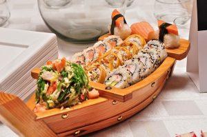 Imagem de sushi em barquinho de madeira pequeno - sushi boat