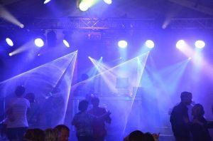 Imagens de casais dançando em discoteca