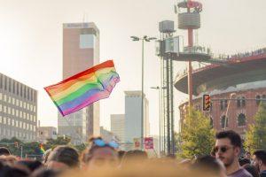 Imagem de bandeira LGBT em Barcelona, na Plaça d'Espanya