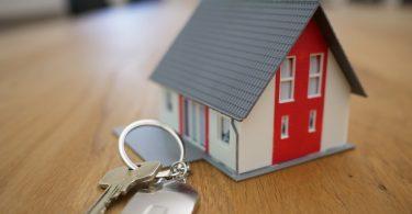 Imagem de casa em miniatura com chave