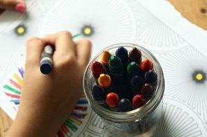 Imagem de criança pintando com giz de cera
