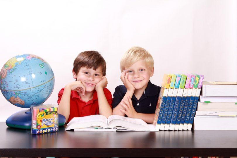 Imagem de crianças estudando