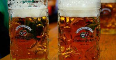 Imagem de duas cervejas alemãs em canecas de vidro