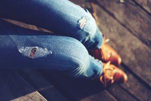 Imagem de mulher com calça jeans com rasgos