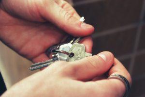 Imagem de pessoa com chaves de casa nas mãos