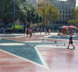 Imagem de pessoas andando na Plaça de Catalunya