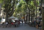 Imagem de pessoas caminhando pela Rambla del Poblenou, em Sant Martí