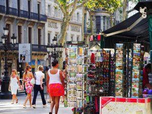 Imagem de pessoas caminhando em Les Rambles