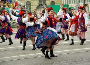 Imagem de pessoas na rua dançando no Oktoberfest