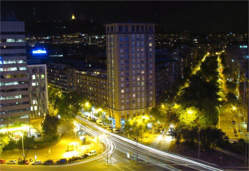 Imagem de prédios em Barcelona à noite