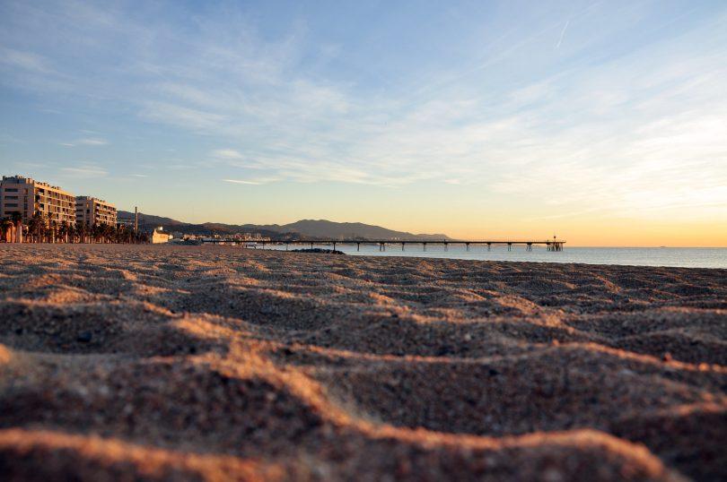 Imagem de praia de Barcelona em fim de tarde