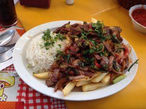 Imagem de prato peruano com batatas fritas