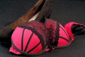 Imagem de sutiã vermelho ao lado de sapato de salto alto