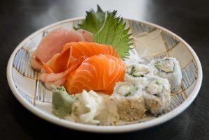 Imagem de um prato com sashimi e tempura