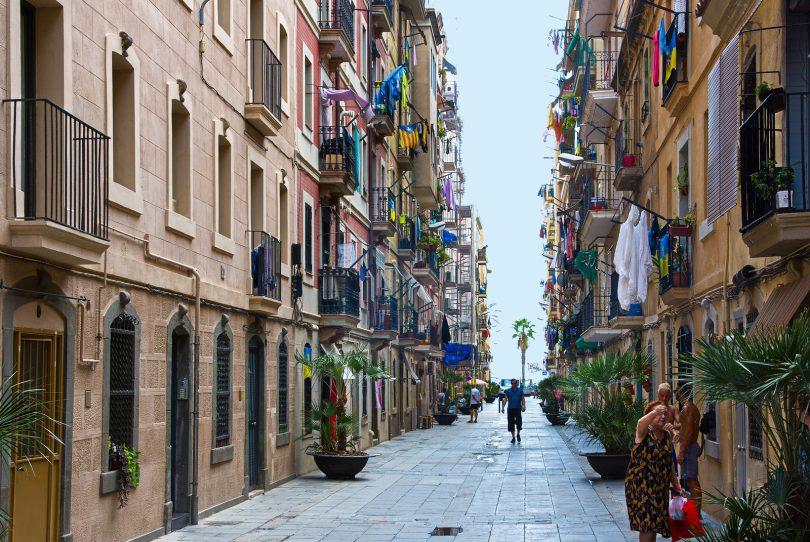 Imagem de um trecho com poucas pessoas no bairro de La Barceloneta
