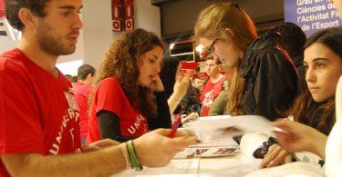 Imagem de universitários estudando