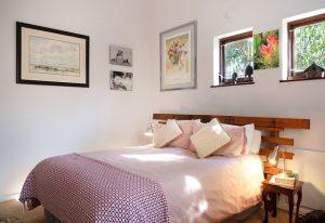 Imagem de cama em quarto bem iluminado