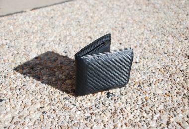 Imagem de carteira vazia jogada no chão