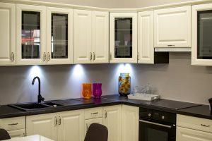 Imagem de cozinha com armários brancos