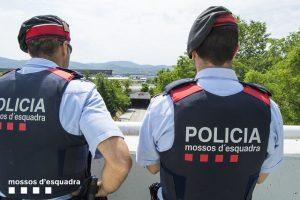 Imagem de dois policiais dos Mossos d'Esquadra