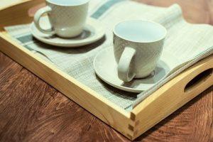 Imagem de duas xícaras sobre bandeja