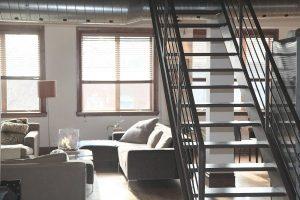 Imagem de escada ao lado da sala de estar