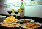 Imagem de garrafa de vermut acompanhada por petiscos deliciosos