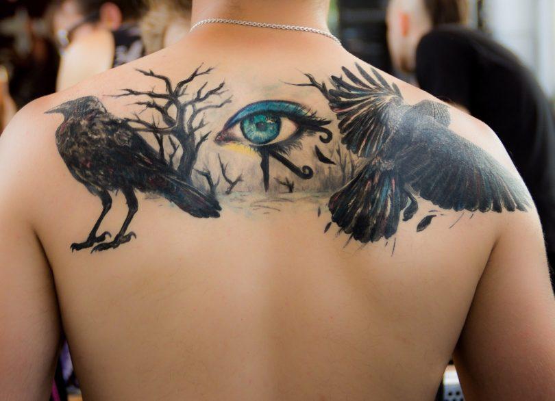 Imagem de homem com tatuagens nas costas