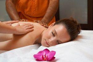 Imagem de mulher sendo massageada