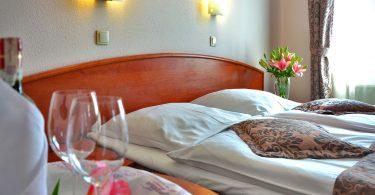 Imagem de um quarto de hotel para casais
