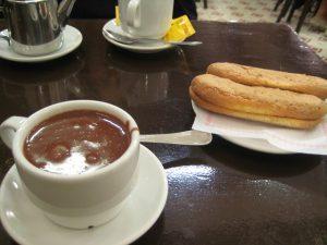 Imagem de xícara de chocolate quente sobre a mesa