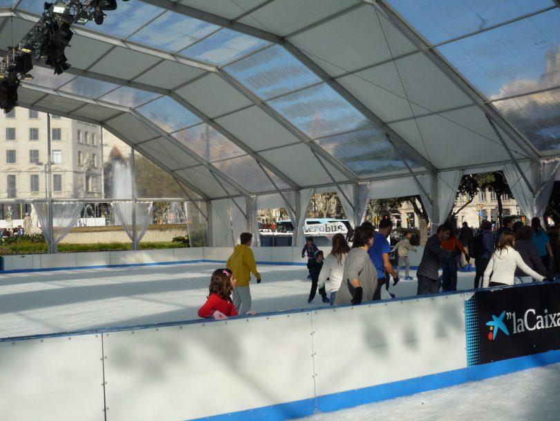 Imagens de pessoas perto de pista de patinação sobre gelo
