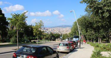 Imagem de carros estacionados em rua de Barcelona