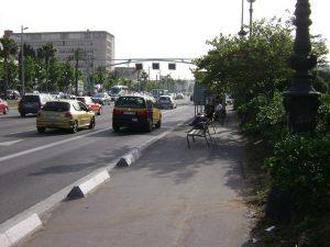 Imagem de carros passando pela Avinguda Diagonal, em Barcelona