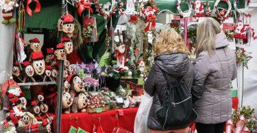 Imagem de duas mulheres em uma Feira de Natal na Catalunha