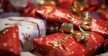 Imagem de vários presentes embalados