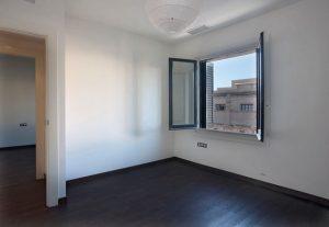 Imagem de apartamento vazio com ampla vista para o exterior
