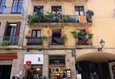 Imagem de grandes janelas de residências em Barcelona