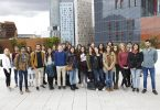 Imagem de grupo de alunos em frente à Universitat Pompeu Fabra, em Barcelona