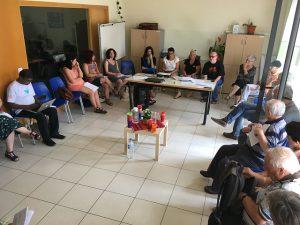 Imagem de grupo de pessoas em círculo em uma reunião