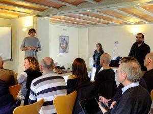 Imagem de grupo de pessoas em reunião em uma sala