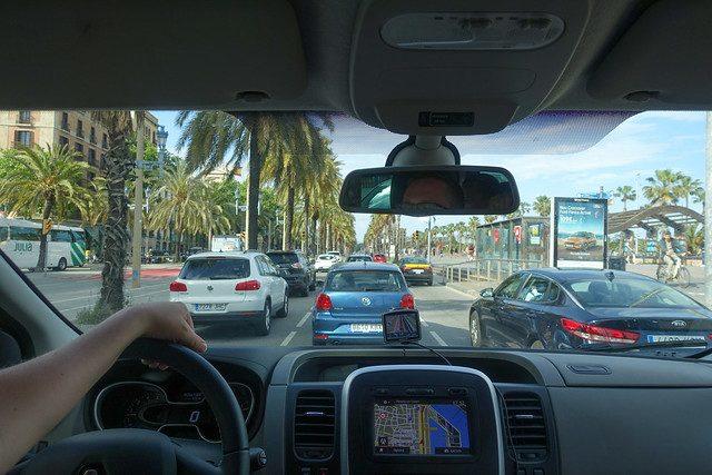 Imagem de pessoa dirigindo em uma rua de Barcelona