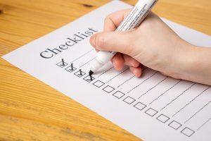 Imagem de pessoa fazendo uma lista de verificação