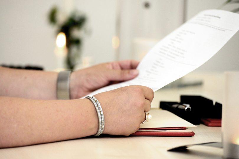 Imagem de pessoa lendo um contrato