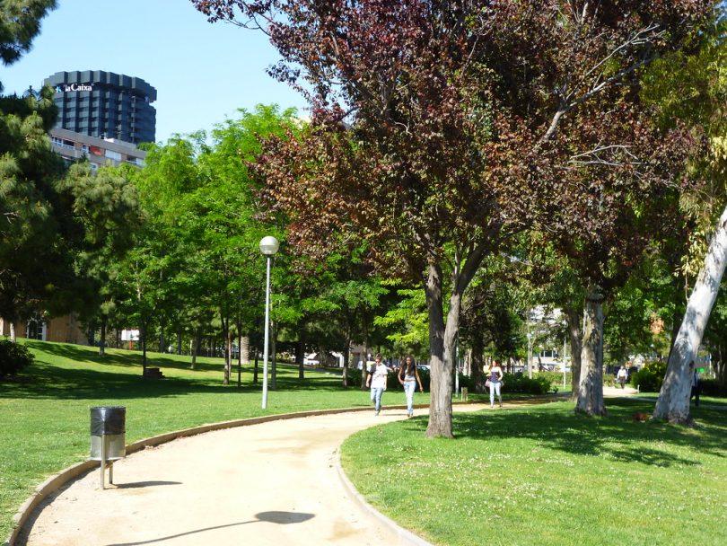 Imagem de pessoas caminhando pelo Parc de Les Corts, em Barcelona