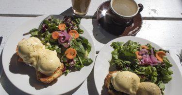 Imagem de pratos de brunch sobre a mesa e ovos Benedict